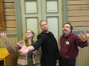 Kuvassa Tanja, Pekka ja Sami laupean julistavaisilla ilmeillä.